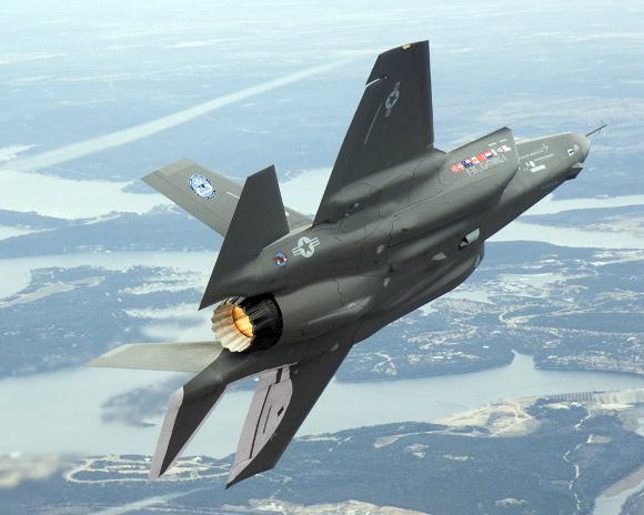 """Novara, protesta contro i caccia F-35 """"Costano 16 miliardi, spendiamoli altrove"""""""