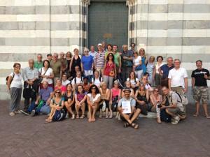 I partecipanti alla settimana spirito, arte, pace davanti all'Abbazia di San Matteo a Genova