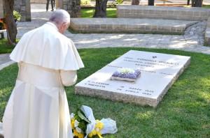 Papa Francesco sulla tomba di don Tonino